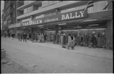 21318-2-2 Winkels op rij: Modehuis Slot, Van Dalen Schoenen, Bally aan het Broersvest in Schiedam.