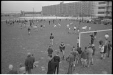 21331-1-4 Voetballende jeugd in nieuwe wijk Prins Alexander.