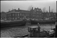 21371-6-33 Binnenvaartschepen in de Aelbrechtskolk in historisch Delfshaven. Aan de overkant de Voorhaven en de 2e ...