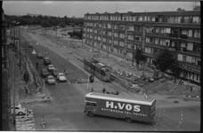 21416-7-10 Gezicht op Stadhoudersweg met trambaan. Toevallig passeert een verhuiswagen van het verhuisbedrijf H. Vos.