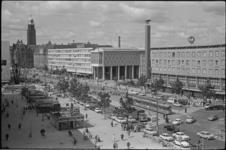 21417-4-12 Gezicht op de Coolsingel met links diverse paviljoens en naast de Bijenkorf het kunstwerk van Gabo, rechts ...