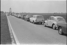 21425-7-33 Zomerse file voor de Barendrechtse brug.