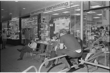 21427-7-15 Wachtende klanten zijn er vroeg bij in verband met de komende opruiming in warenhuis Ter Meulen.