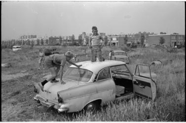 21428-7-32 Spelen met sloopauto's op een veldje aan Lieven de Keystraat in het Lage Land (Prins Alexander).