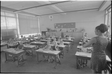 21468-7-29 Netjes in de banken op de eerste schooldag (vermoedelijk) in de wijk Prins Alexander (Het Lage Land).