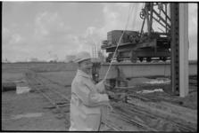 21482-1-23 Rijnmond-gecommitteerde mr. H. B. Engelsman slaat bij de Chemiehaven in de Botlek de eerste paal voor een ...