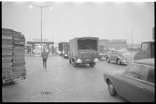 21483-4-13 Ochtendverkeersdrukte bij de ingang van de nieuwe Groothandelsmarkt in Spaanse Polder.