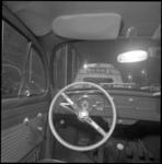 21551-2-7 Vanuit een Volkswagen kever, met dubbele bediening, over een bestel-Dafje heen, zien we linksboven de ...