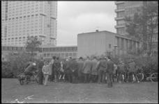 21627-7-39 Een groepje voetballiefhebbers volgt via luidsprekers, die bij het Dijkzigt Ziekenhuis zijn opgehangen, de ...