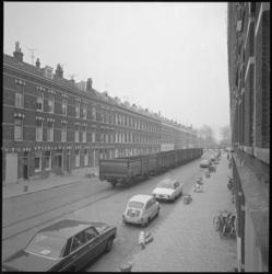 21719-3-7 Een goederentrein op de Zinkerweg gezien vanaf de Feijenoorddijk in de woonwijk Feijenoord.