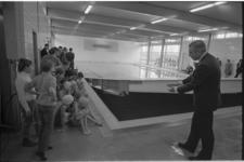 21898-3-40 Wethouder drs. J.G. van der Ploeg opent drie instructiebaden voor scholieren, resp. aan de Adrianalaan ...