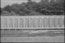 22035-1 Voorbereidingen Holland Popfestival Kralingen: een grote rij toiletten, (nog) zonder deuren.