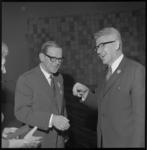 22350-4-2 Prof. dr. J.W.G. ter Braak (links) is benoemd tot ridder in de orde van de Nederlandse Leeuw; burgemeester ...