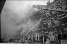 23101-4-55 Brandweer in actie bij brand in de Gashouderstraat, waarbij acht mensen licht gewond raakten.