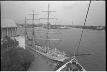 23500-7-10 De Dan Pomorza, een Pools opleidingsschip, een driemaster, aan de Parkkade.