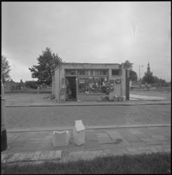23643-2-8 Exterieur van de geheel vrijstaande winkel van Willemstein aan de Zestienhovensekade.