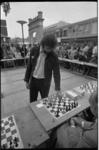 23656-3-30 Schaakmeester Rob Hartoch speelt (samen met schrijver Tim Krabbé) bij de Lijnbaanpoort simultaan tegen een ...