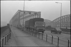 23981-4-41 Vrachtauto met aanhanger verlaat de Willemsbrug, richting Maaskade en van der Takstraat.