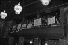 24112-6-3 Bewoners uit Kralingen protesteren op de publieke tribune van de raadszaal met spandoeken tegen het zgn. ...