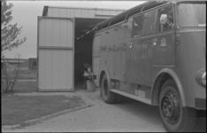 24229-1 Nooduitrukpost van de brandweer aan de Koperstraat 2. Een brandweerman ontspant.