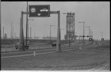 24601-6-67 Verbreding van de Botlekweg. Op de achtergrond de Botlekbrug.