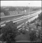24918-4-7 Woningen langs Rijksweg 13 bij Overschie. Rechtsonder een paar huizen in de Ameidestraat en bovenin de foto ...
