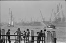 24938-1-37 Aankomst van de tweemastschoener Eendracht in Rotterdam.