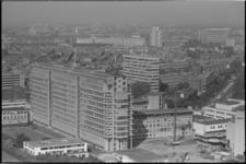 25408-6-18 Het Dijkzigt Ziekenhuis vanaf de Euromast. Verder weg: het Groothandelsgebouw, het Bouwcentrum en het ...