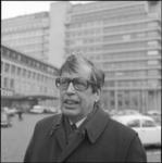25834-4-12 Portret van ds. Willem Oorthuys met op de achtergrond het Dijkzigt Ziekenhuis.