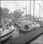 26106-2-9 Zeilschepen in de Veerhaven. Op de achtergrond de sociëteit van de Koninklijke Roei- en Zeilvereniging 'De Maas'.