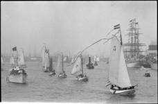 26132-4-26 Admiraalzeilen op de Nieuwe Maas. Links: het koninklijk jacht Piet Hein met aan boord koningin Juliana en ...