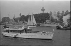 26134-3-17 Het koninklijk jacht Piet Hein op de Nieuwe Maas ter hoogte van de Parkkade, met aan boord koningin Juliana ...