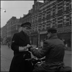 294-3 Politie deelt briefjes uit aan verkeersdeelnemers.