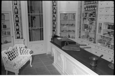 304173 Ouderwets apotheekinterieur in Schiebroek aan de Teldersweg 161 van apotheker, doctor in de wis- en natuurkunde ...
