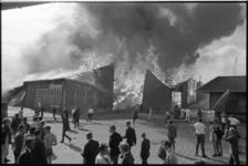 304835-26 Blussende brandweer van de grote uitslaande brand van de veilinghal aan de Boezembocht en Veilingweg.
