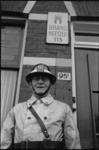 305316-3 Brandmeester Jan Meenhorst voor de deur van zijn woning en brandmeesterspost 113 aan de Honingerdijk 95b.