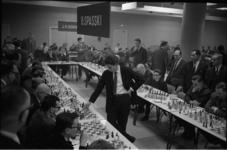 305453-2 Jan Hein Donner en de Rus Boris Spasski als simultaanschakers in actie op 40 borden tijdens het jaarlijkse V & ...