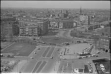 305755-32 Overzicht van het Oostplein en omgeving vanaf de zusterflat aan de Maasboulevard. Op de voorgrond de ...