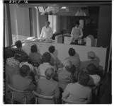 3313-2 Kookdemonstratie in de zuivelkeuken in het Bouwcentrum.
