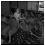 3313-3 Huisvrouwen proeven sorbets uit de zuivelkeuken in het Bouwcentrum.