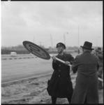 3658-3 Een geüniformeerde Rijkswaterstaat-medewerker verwijdert een snelheidsbeperkend bord (70 km.) op de zojuist door ...