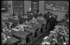 3970 Schriftelijk verkeersexamen in klaslokaal van de Eloudschool begeleid door hoofdagent J.D.Douma.