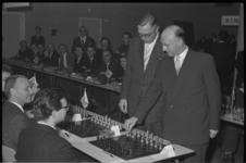 4749-1 Officiele openingszet van schaaksimultaan-seance in kantoor van Het Vrije Volk aan de Slaak door wethouder R. ...