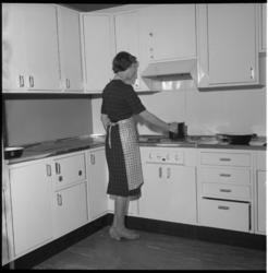 5058-2 Huisvrouw in showkeuken Bouwcentrum.