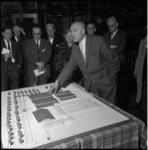 5074-1 Dr. W.C van Rosmalen, directeur van het Openbaar Slachthuis te Rotterdam, bij maquette van de vernieuwde veemarkt.