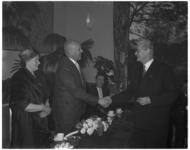 5226 Wethouder Schilthuis (rechts) schudt de hand van dr. W.C. van Rosmalen, de afscheidnemende directeur van het ...