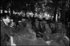5243 Paardenhandelaren op markt in Hoogvliet bezig met handje-klap aan- en verkoop.