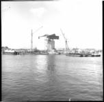 6401 Bouw van de 1e Van Brienenoordbrug aan de zuidkant, met op de achtergrond aan de overkant van de Nieuwe Maas de ...