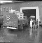 6564-2 Wagen BK-LPG Wisseltank Service van de firma P. Kokken laadt en lost gasflessen.