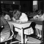 6574 Scholieren van de vierde klas van de Beatrixschool aan de Krabbendijkestraat doen schriftelijk verkeersexamen.